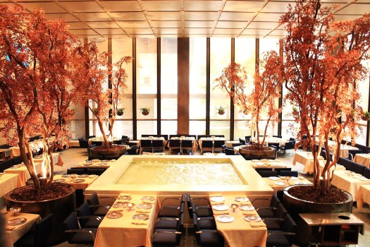 Four_Seasons_Restaurant-_The_Brilliant_Pool_Room-blog-eurolume-iluminacao-bares-e-restaurantes